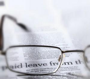photo-d'une-paire-de-lunettes-devant-un-journal-pour-les-actualités-du-cabinet-d'ostéopathie-de-cabinet-de-cébazat